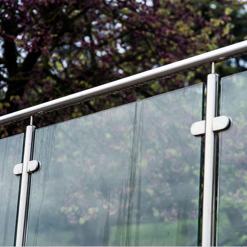 glasräcke med stolpar