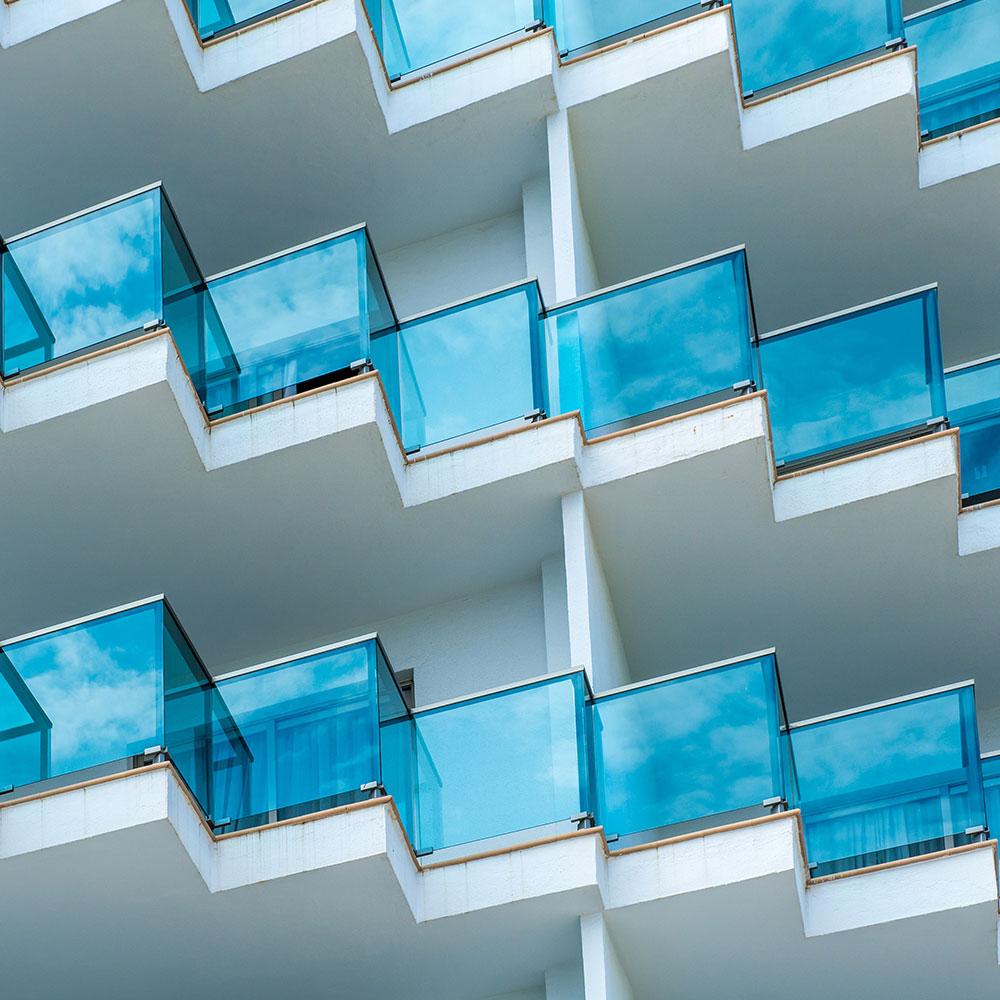 stolpfria blå glasräcken